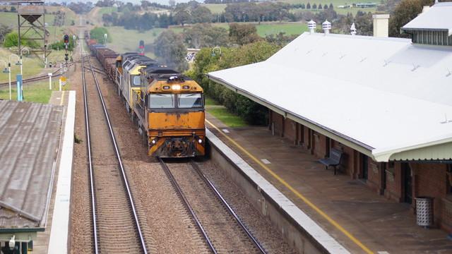 NR76 leading steel through Yass Junction