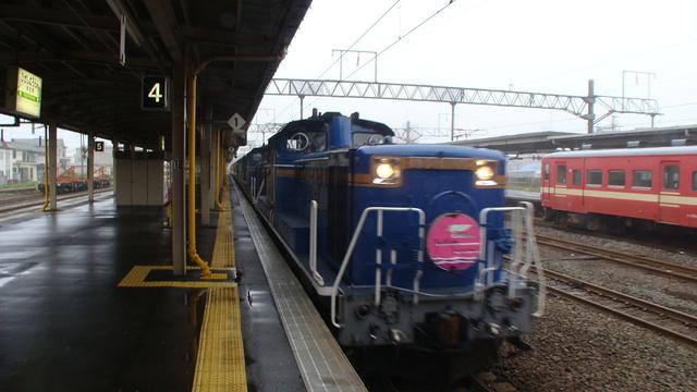 Twilight Express enters Higashi-Muroran