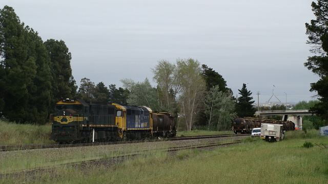 X52 and 8015 shunting Oil in Fyshwick