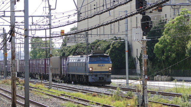 EF66 on freight passing Suita